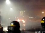 Massa Lawan Petugas di Tn Abang, Ada Barang Dibakar di Jalan