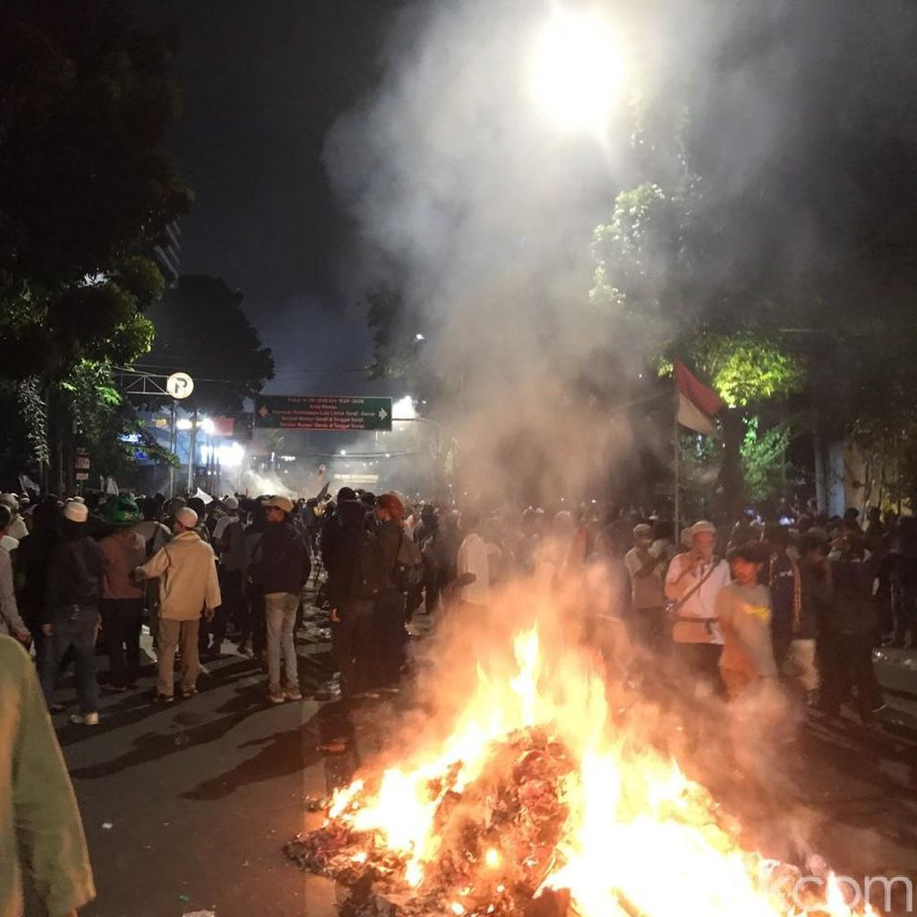 Rusuh di Depan Bawaslu: Ada Aksi Bakar-bakaran hingga Tembakan Kembang Api