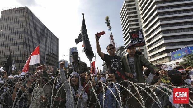 Massa Aksi Gerakan Nasional Kedaulatan Rakyat berunjuk rasa di depan Bawaslu, Jakarta, Rabu (22/5).