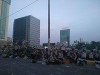 Polisi buka puasa di flyover Slipi