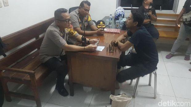 Polisi dari Polres Serang Kota mengamankan sekarung proyektil peluru di pintu Tol Serang Timur
