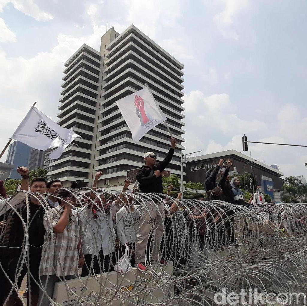 Massa Aksi 22 Mei Masih Berorasi di Depan Bawaslu