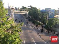 Massa dan Polisi Kembali Bentrok di Slipi Jakarta Barat