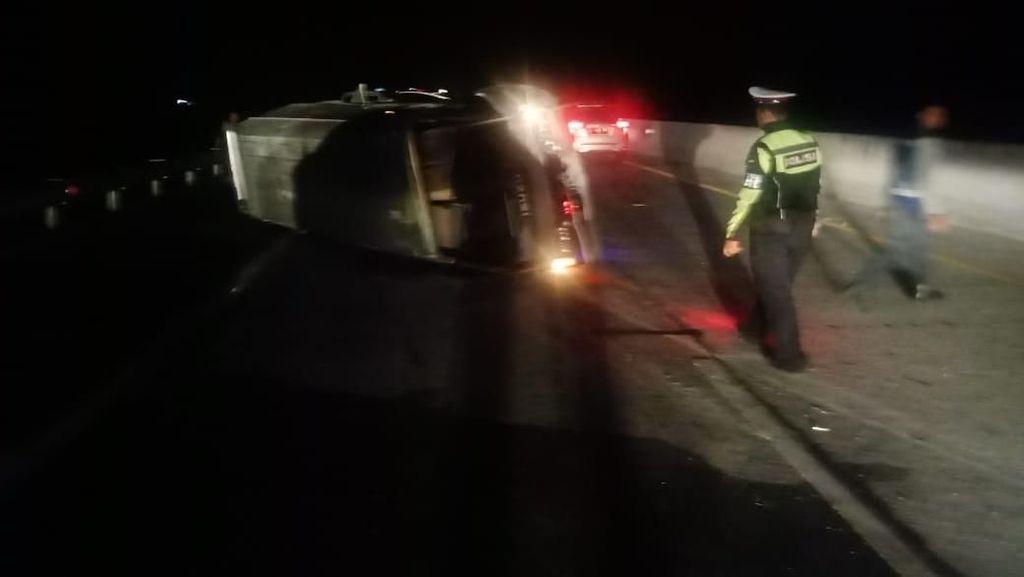 Mobil Rombongan Jemaah Shiddiqiyyah Magetan Terguling di Tol Nganjuk