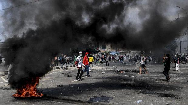 Kericuhan dalam aksi 22 Mei di Jl Jatibaru, Tanah Abang, kemarin.