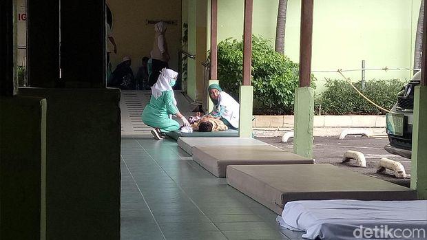 Karena IGD penuh, RS Budi Kemuliaan memasang matras di lorong RS untuk menangani pasien