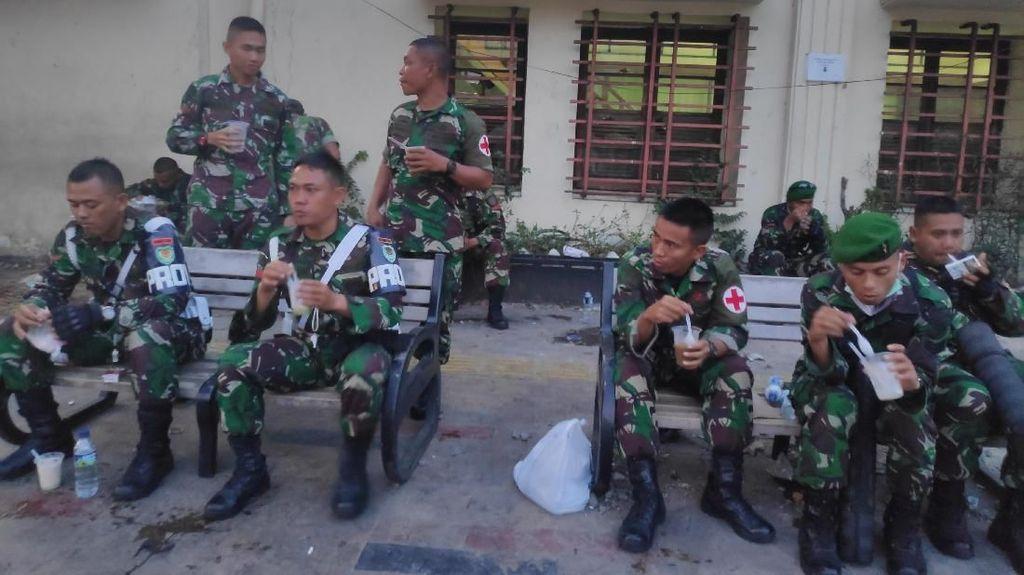 Momen TNI-Polri Buka Puasa Usai Amankan Massa di Jatibaru