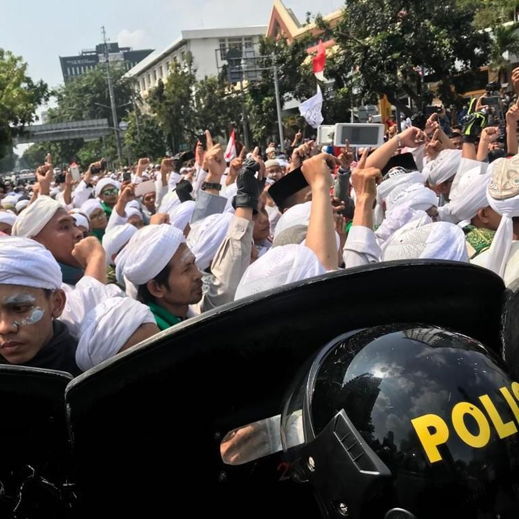 Dengan Odol di Wajah, Massa Aksi 22 Mei Terus Orasi di Depan Bawaslu