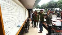 Beberapa warga mengecek daftar korban di papan pengumuman RS Tarakan. Sejauh ini korban luka yang masuk ke RS Tarakan berjumlah 141 orang.