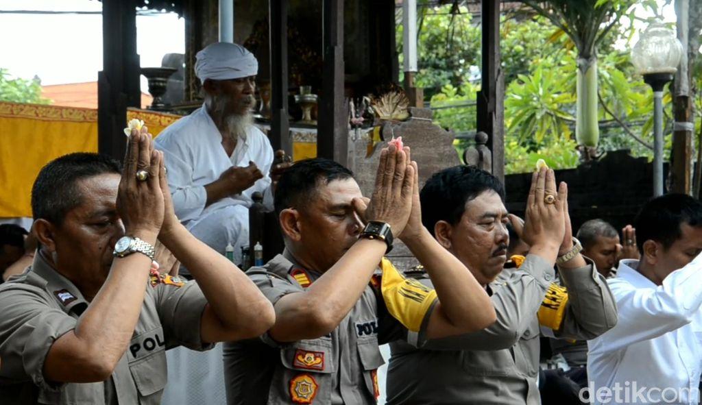 Polisi di Bali Doa Bersama untuk Keselamatan Rekannya di Jakarta (Dita-detikcom)