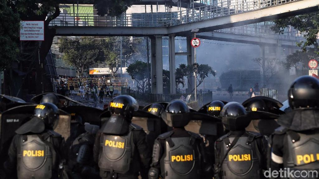Potret Bentrokan Polisi dan Massa di Tanah Abang
