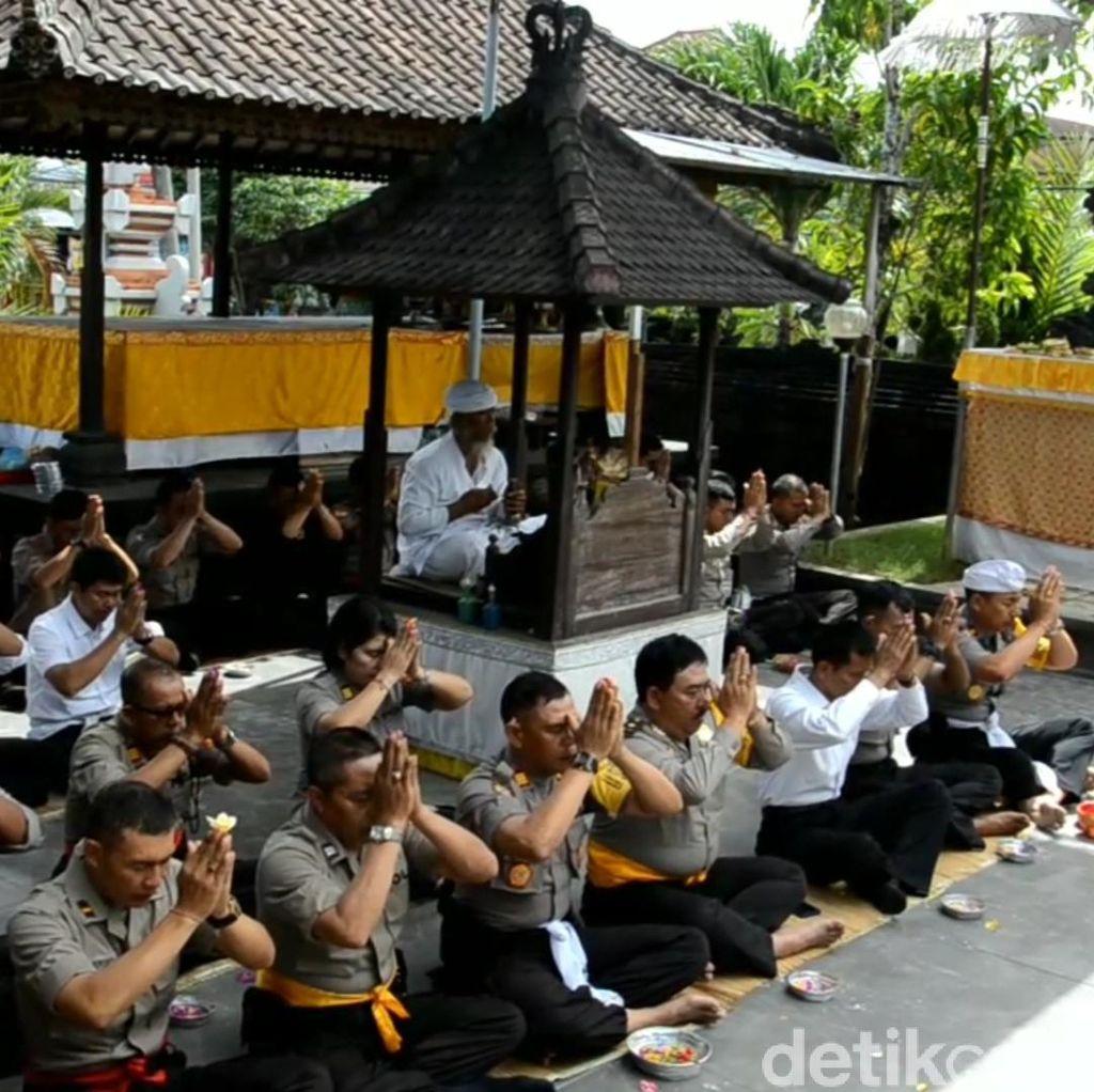 Polisi di Bali Doa Bersama untuk Keselamatan Rekannya di Jakarta
