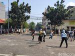 Bawa Kayu hingga Petasan, Massa Demo Berkumpul di Jl Jatibaru Tanah Abang