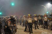 Polisi Dorong Massa Rusuh di Slipi Mundur sampai ke Permukiman