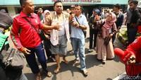 Salah satu korban luka dipapah kerabatnya usai mendapat pengobatan di RS Tarakan.