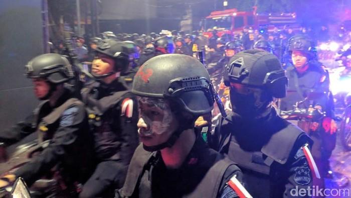 Polisi berjaga di Jl Wahid Hasyim dengan masker odol untuk mengatasi efek gas air mata (Jefrie/detikcom)