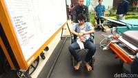 Petugas membantu mendorong kursi roda korban kerusuhan.