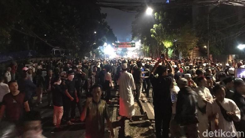 Ricuh Lagi! Massa 22 Mei di Depan Bawaslu Lempari Polisi