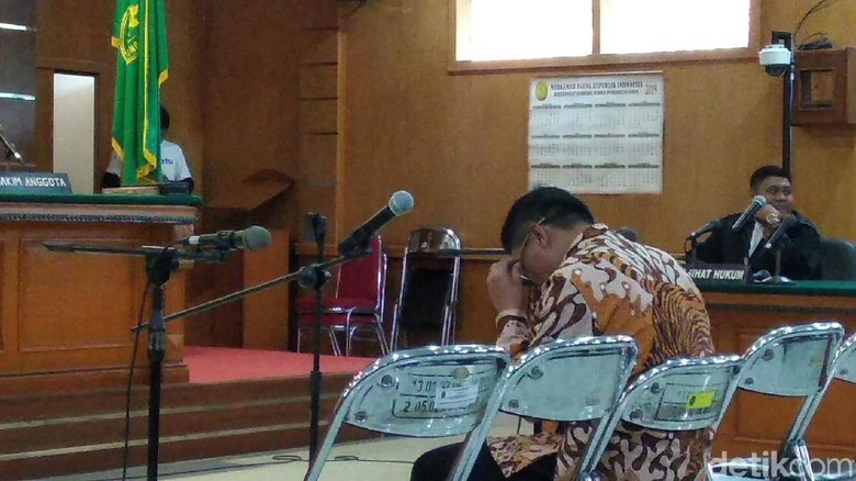 Bupati Cirebon Nonaktif Sunjaya Menangis Divonis 5 Tahun Bui