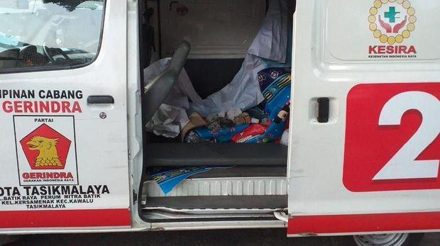 Batu diamankan di dalam ambulans.