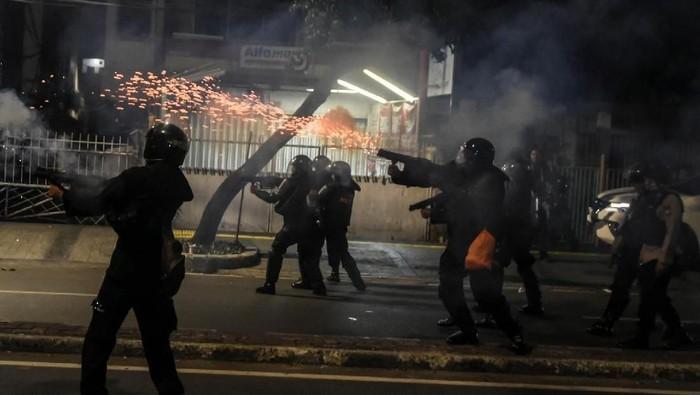 Gas air mata yang ditembakkan. Foto: ANTARA FOTO/Muhammad Adimaja