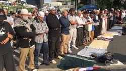 Massa Aksi 22 Mei Salat Ashar Berjemaah di Depan Bawaslu