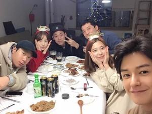 Pose Keren Lim Ju Hwan Different Dreams Saat Makan Hot Pot dan Ngopi