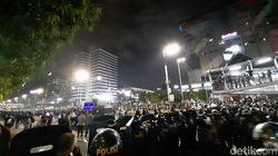 Massa Tak Lagi Lempari Polisi, Mobil Komando Tinggalkan Depan Bawaslu