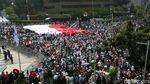 Bendera Merah Putih Raksasa Dibentangkan Massa Aksi 22 Mei