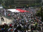 Video Bendera Indonesia Raksasa Membentang di Depan Bawaslu
