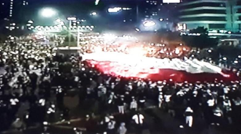 Bendera Merah Putih Raksasa Terbentang Saat Ricuh di Depan Bawaslu