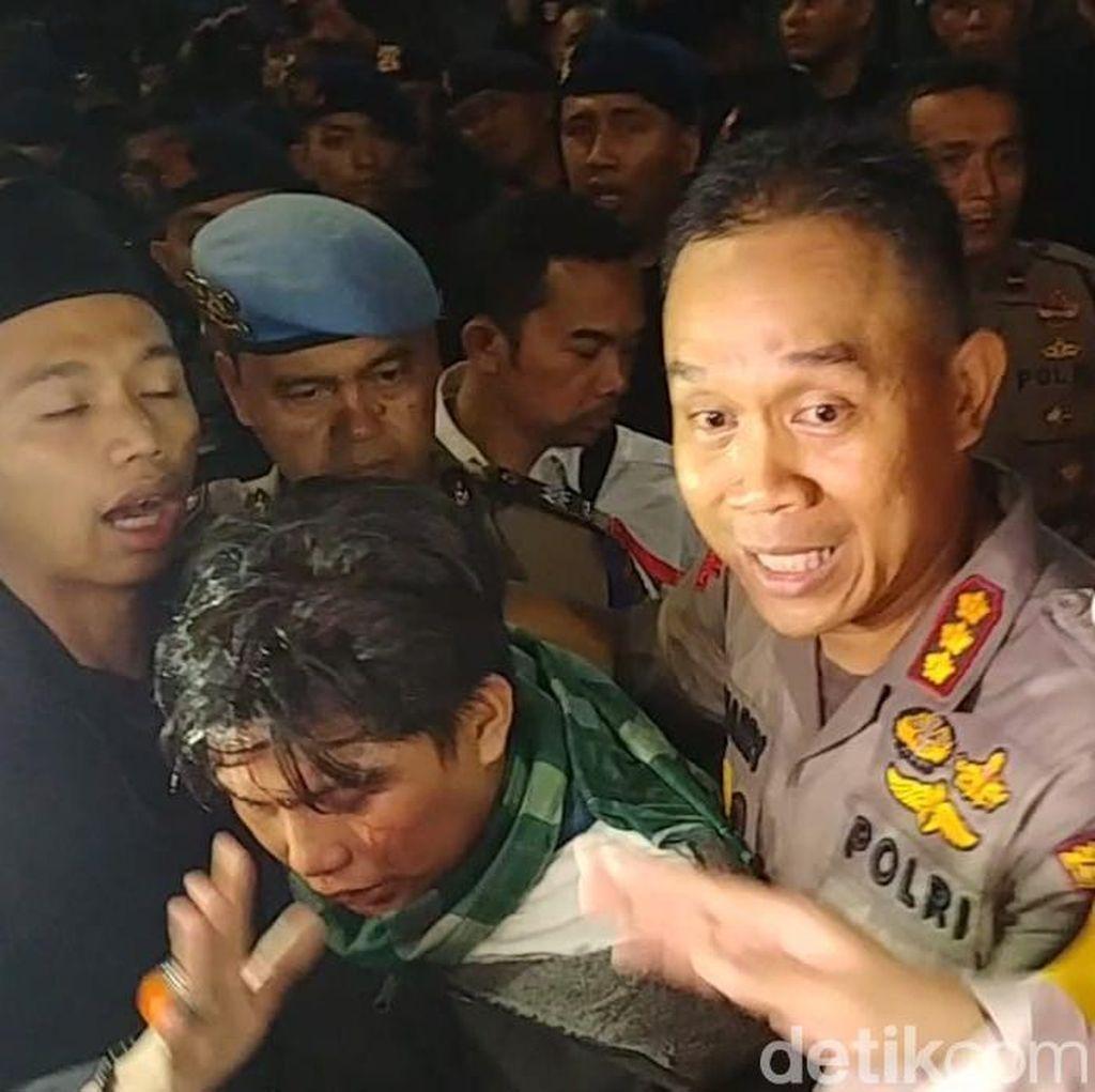 Terluka, Seorang Massa di Depan Bawaslu Diantar Polisi ke RS