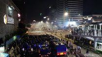 Massa Ricuh Lagi, Depan Bawaslu Penuh Asap