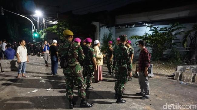 Foto: Kehadiran Marinir TNI AL dan polisi di lokasi. (Ibnu Haryanto/detikcom)