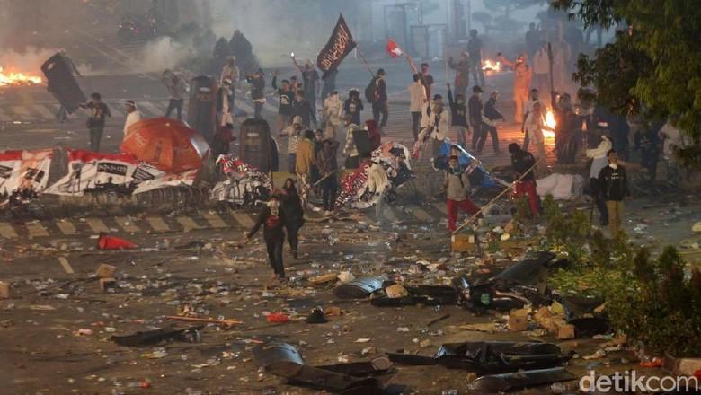Kondisi Ricuh Massa Aksi 22 Mei di Bawaslu Malam Ini