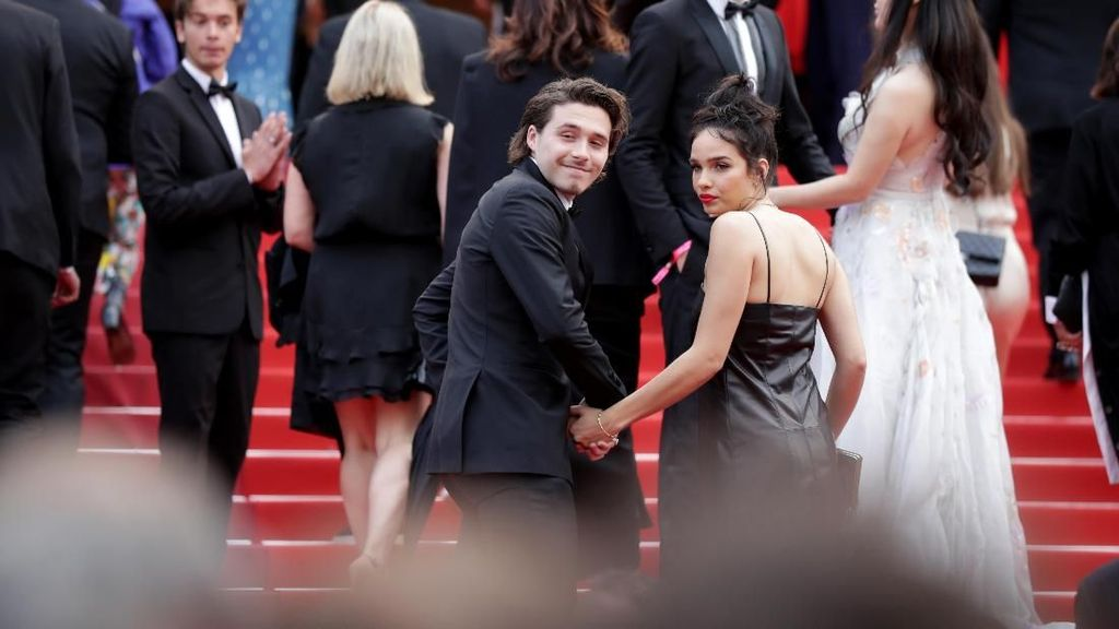 Potret Mesra Brooklyn Beckham dan Hana Cross di Red Carpet Cannes