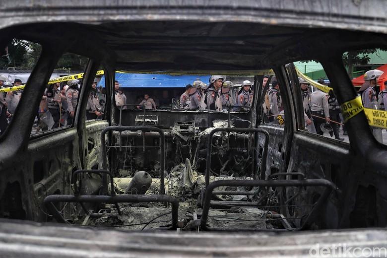 Mobil dibakar. Foto: Pradita Utama