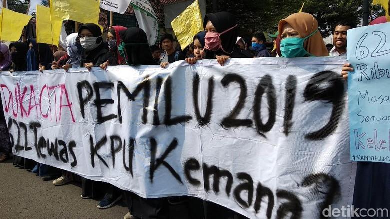 Demo Tolak Kecurangan Pemilu, Warga Pamekasan Bawa Bambu Runcing