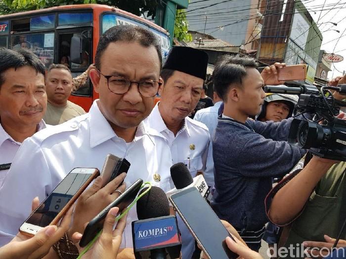 Anies takziah ke korban tewas demo rusuh 22 Mei. (Indra/detikcom)