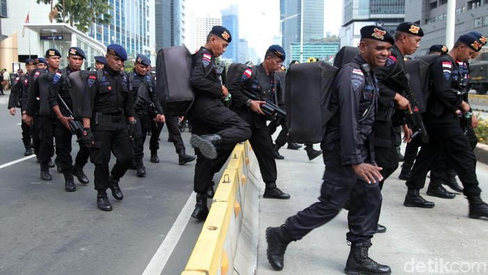 Puluhan personel Brimob kembali diterjunkan Polda Metro Jaya untuk mengamankan aksi demo di sekitar Bawaslu. Foto: Lamhot Aritonang