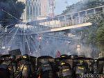 Bubarkan Massa Rusuh di Flyover Slipi, Polisi Semburkan Water Canon