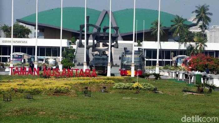 Menjelang aksi 22 Mei, penjagaan di gedung DPR/MPR/DPD diperketat. Sejumlah petugas dari TNI dan kepolisian berjaga di pintu masuk. Gerbang depan juga digembok.