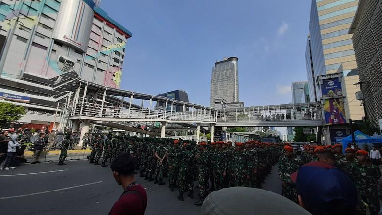 Personel TNI Mulai Siaga di Depan Bawaslu