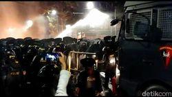Polisi Kerahkan Water Cannon Padamkan Api dan Bubarkan Massa di Tanah Abang