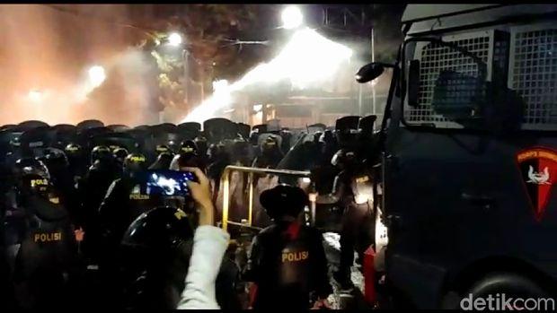 Seputar Water Cannon yang Digunakan Polisi untuk Bubarkan Massa