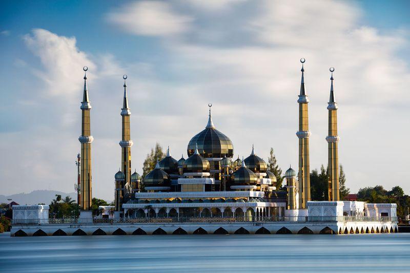 Masjid Kristal berada dalam kawasan Taman Tamadun Islam di Pulau Wan Man, Terengganu. Terengganu adalah salah satu negara bagian Malaysia di bagian timur Semenanjung Malaysia dan berbatasan dengan Pahang. (iStock)