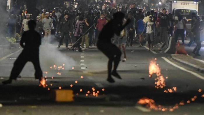 Ricuh dalam aksi 22 Mei (Foto: ANTARA FOTO/Muhammad Adimaja)