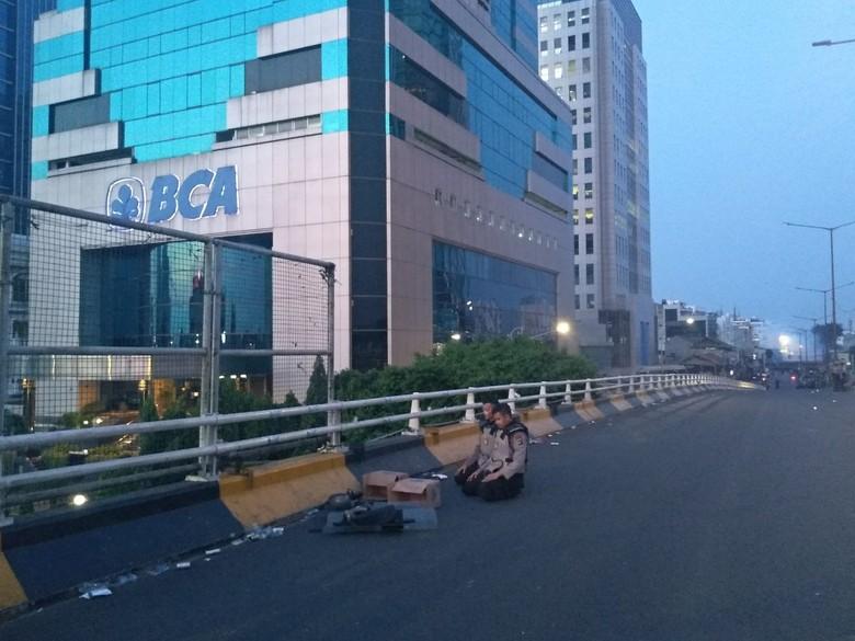 Momen Polisi Buka Puasa dan Salat di Sela Amankan Rusuh di Flyover Slipi