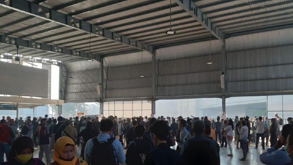 Penumpang KRL Jangan Pakai Stasiun Tanah Abang dan Palmerah