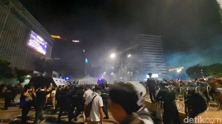 Polisi Pukul Mundur Massa di Jalan Wahid Hasyim, 5 Orang Diamankan